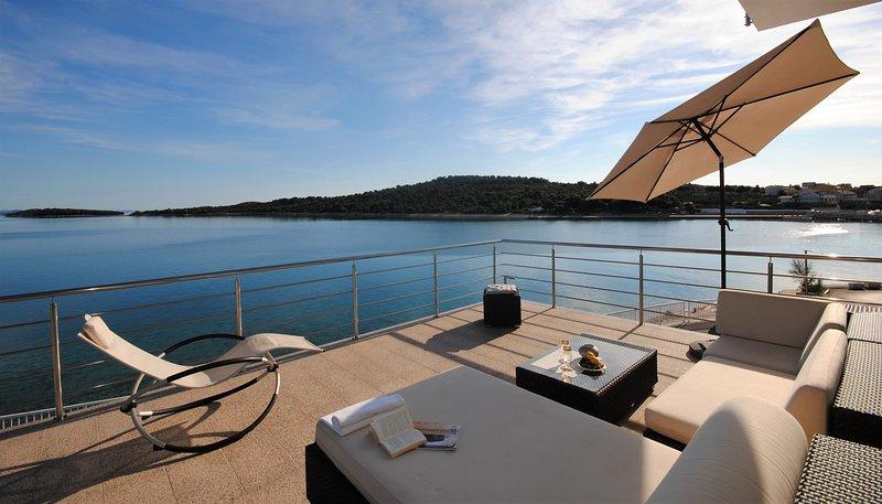 Luxury island beach apartment with sea view, alquiler de vacaciones en Jezera