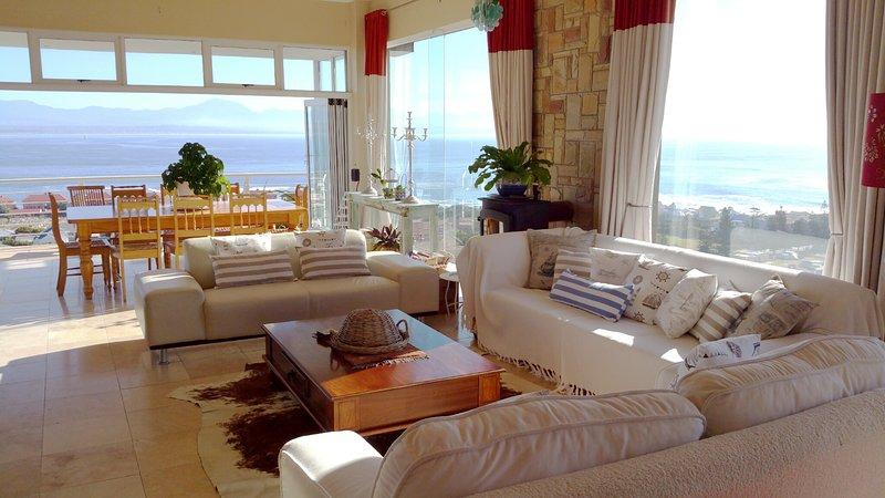 Le salon et la salle à manger ouverte avec une vue magnifique.