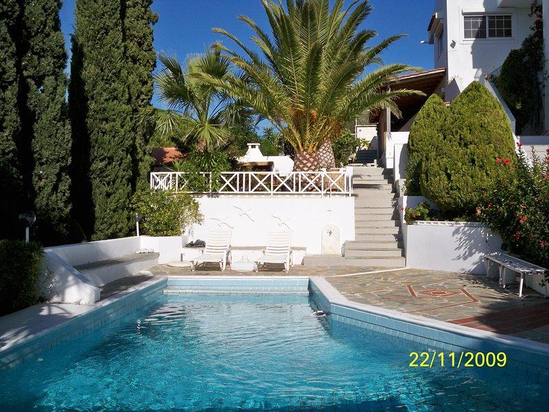Saronida Beach House with pool and top floor studio, vacation rental in Anavyssos