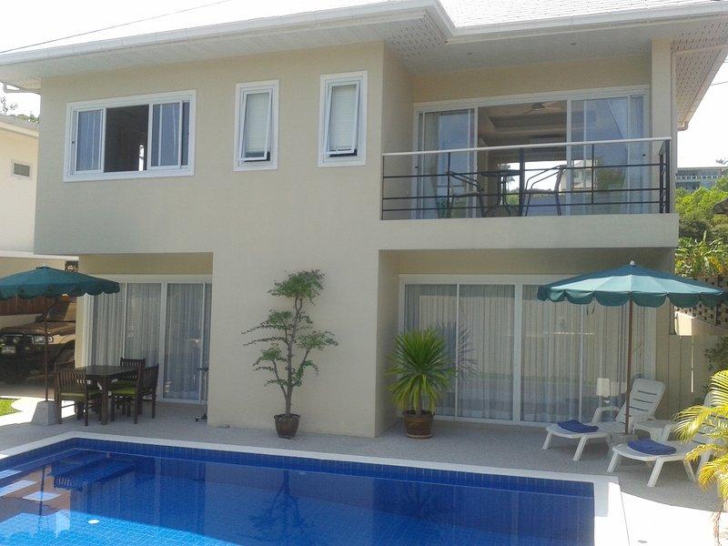 balcon donnant sur la piscine et le jardin