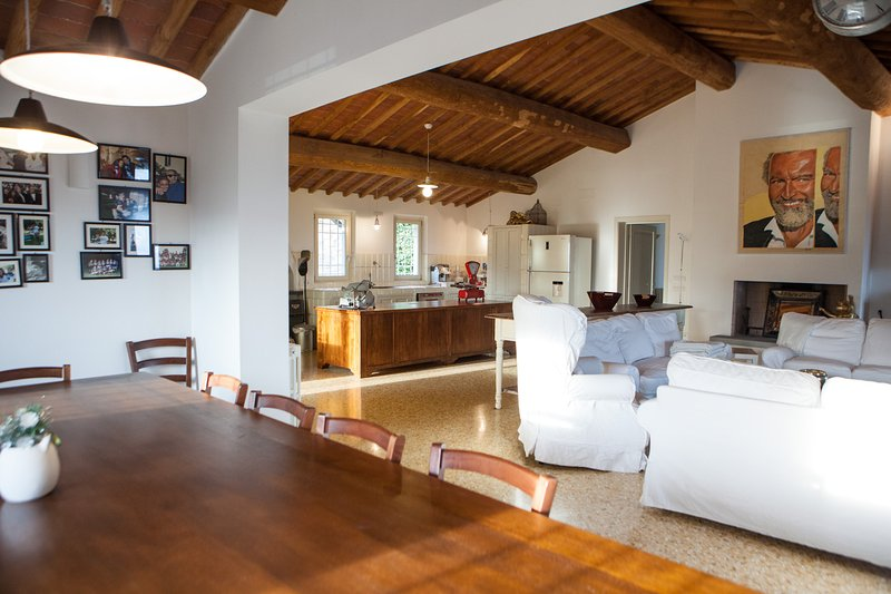 CHARMING HOLIDAY VILLA ON THE HILLS OF LUCCA PRIVATE POOL 7 BEDROOMS 7 BATHROOMS, holiday rental in Mastiano