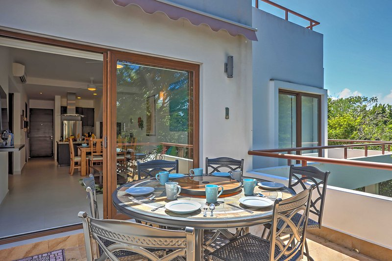 Tropical Akumal Penthouse Condo w/ Private Hot Tub, holiday rental in Chacalal