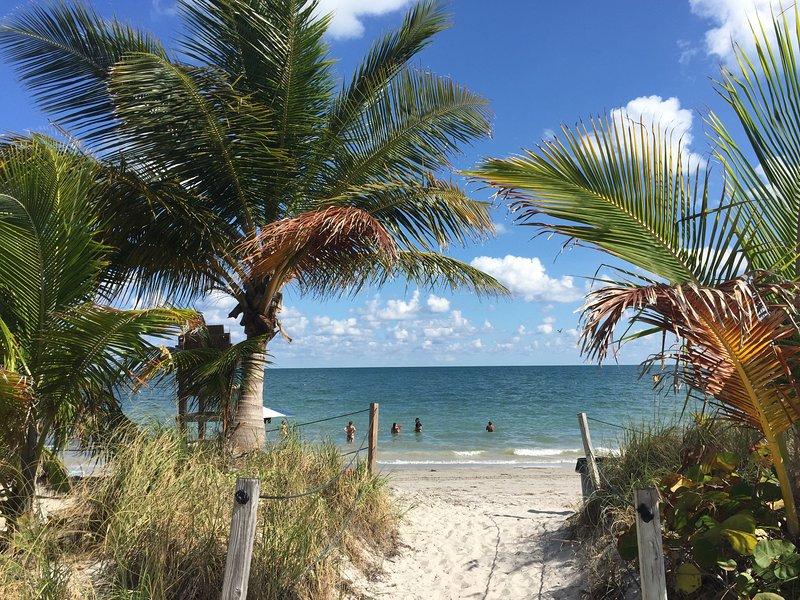 Key Biscayne Beach Club- media cuadra
