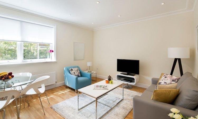 salón abierto con bellos muebles modernos