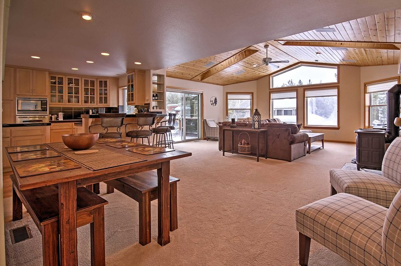 Esta casa espaçosa férias Tahoe possui 3 lareiras, uma sala de jogos e ofurô.