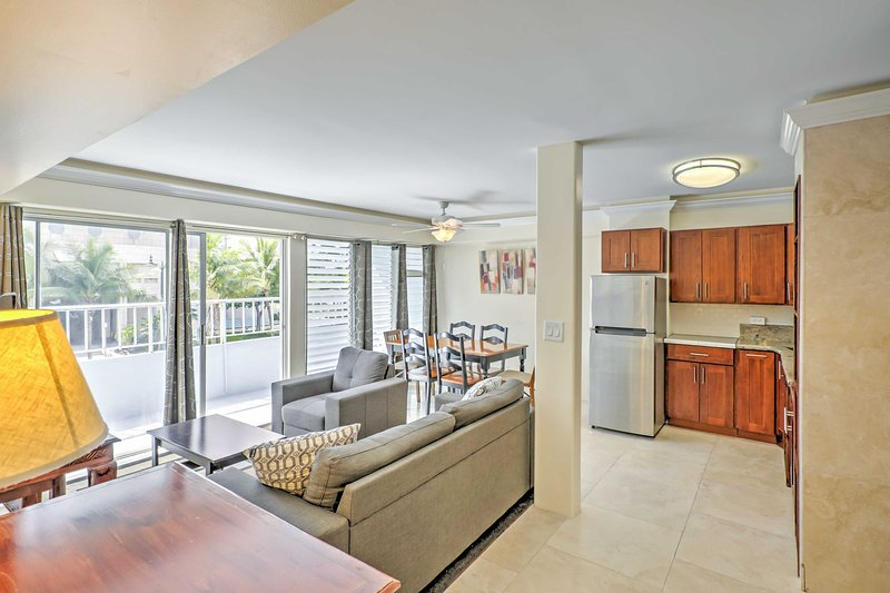 La testa fuori al ampio soggiorno e zona cucina a gustare favolosi luce naturale che entra dalle finestre dal pavimento al soffitto.