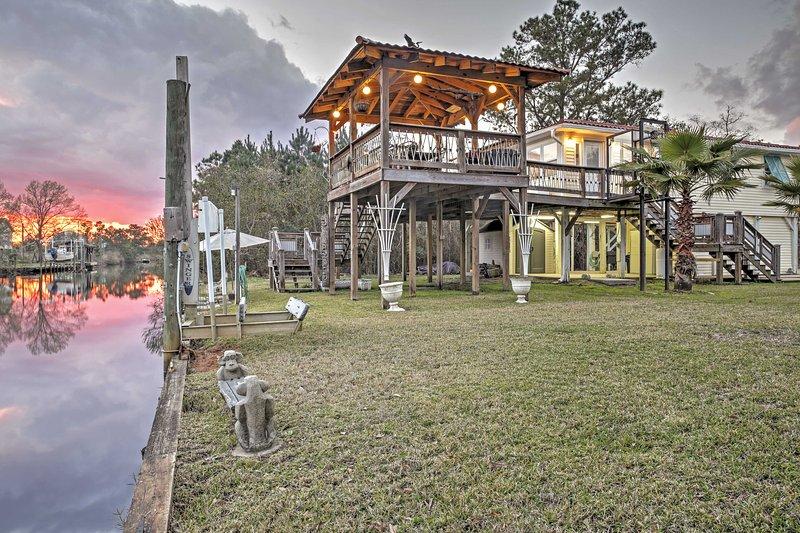Esta amplia terraza con vistas al río y ofrece vistas de los atardeceres brillantes.