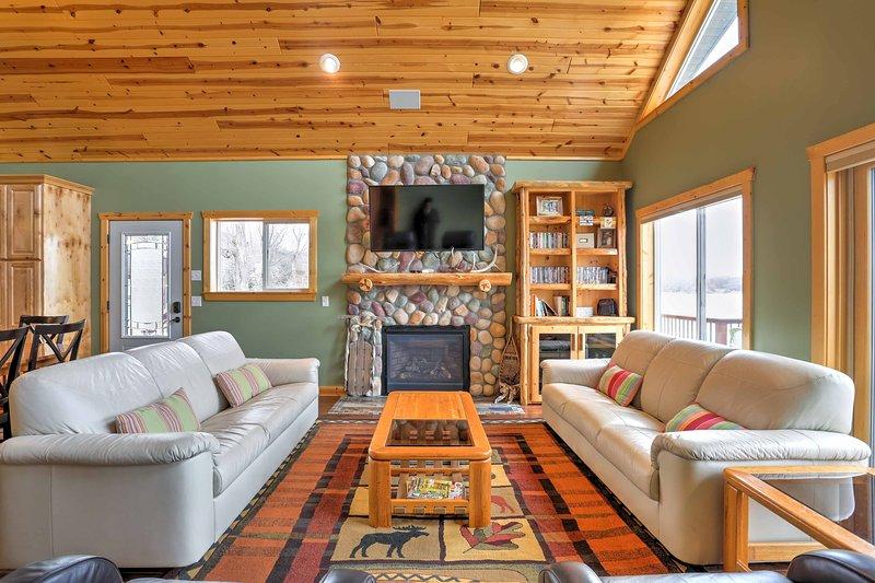 La casa cuenta con techos abovedados de pino nudoso de 22 pies.
