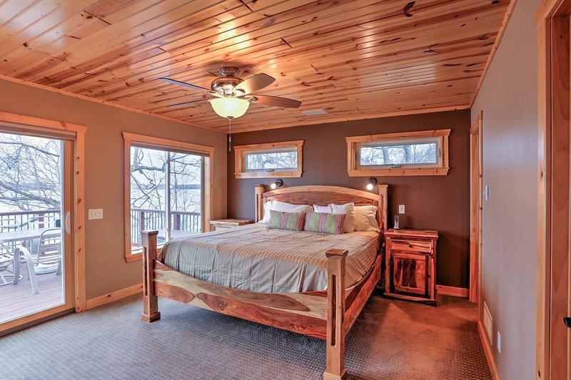 El dormitorio principal tiene una cama king-size y el acceso a la amplia terraza.