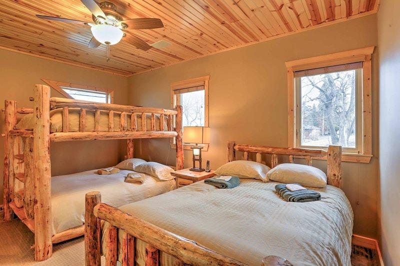 Dormitorio 3 cuenta con una litera queen-sobre-reina y una cama de matrimonio.