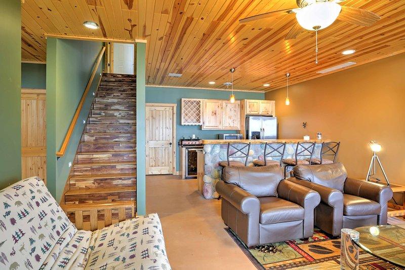 En la planta baja, hay otra amplia sala de estar y una cocina completa.