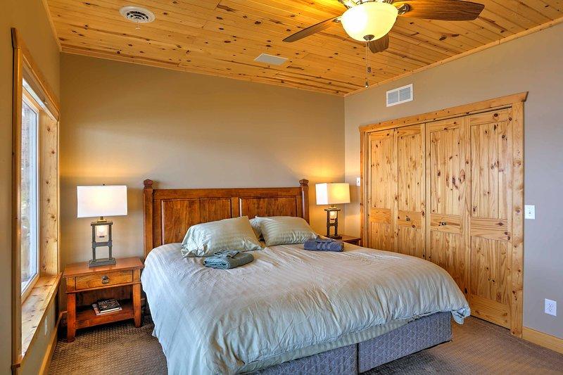 El cuarto de abajo tiene una cama king-size.