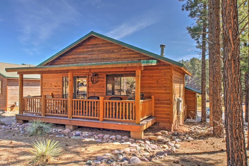 Escape to this 2-bedroom, 2-bathroom cabin for the ultimate Show Low getaway!