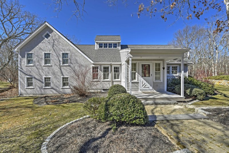 Desfrute de toda a Martha Vineyard tem para oferecer quando você ficar neste bela casa de aluguer de férias de 4 quartos em Edgartown.