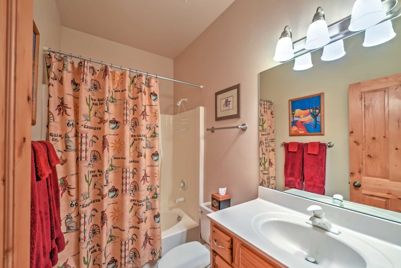This condo features 2 full bathrooms with shower/tub combo .