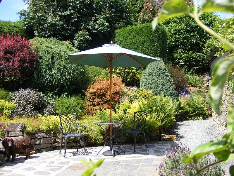 Petite Grange, au sud privé donnant sur jardin clos avec vue sur les champs.
