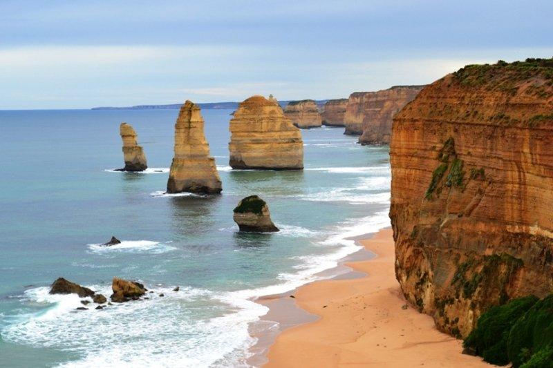 Os famosos 12 apóstolos na grande estrada do oceano. Testemunha respire levando paisagem eo pôr do sol.