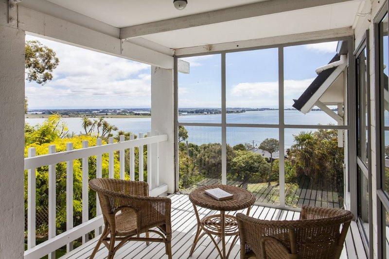 Orientada hacia el norte, soleada terraza privada. Vistas a la ría y Pegasus Bay