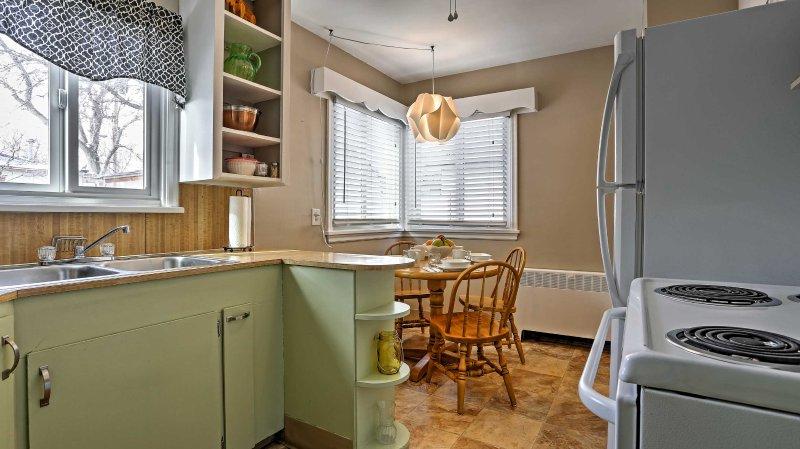 Cette cuisine offre un grand comptoir et un placard.
