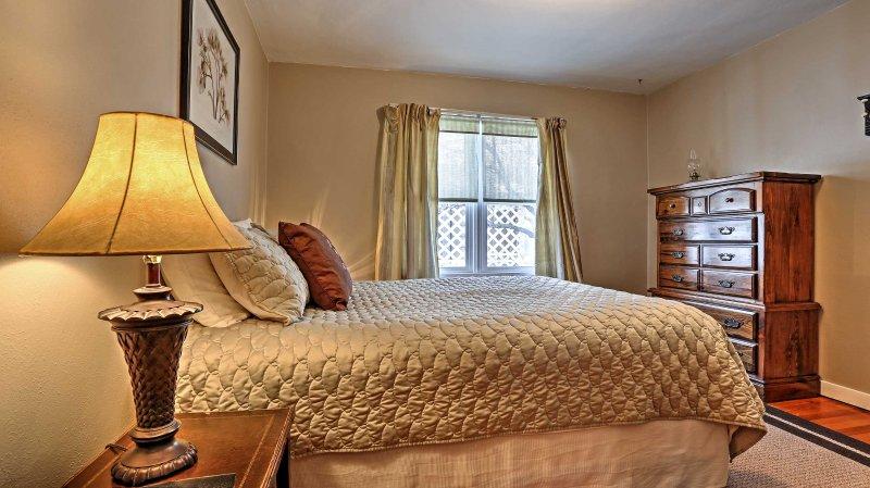 Chambre 1 dispose d'un lit queen-size.