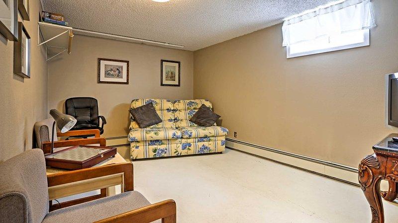 Le sous-sol a un grand canapé-lit, idéal pour les enfants!