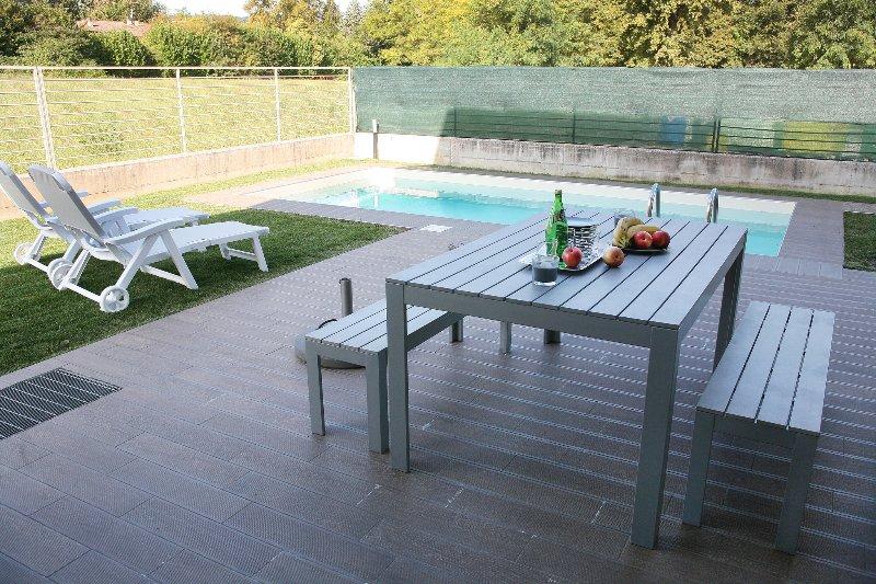 patio al aire libre entre la cocina y la piscina