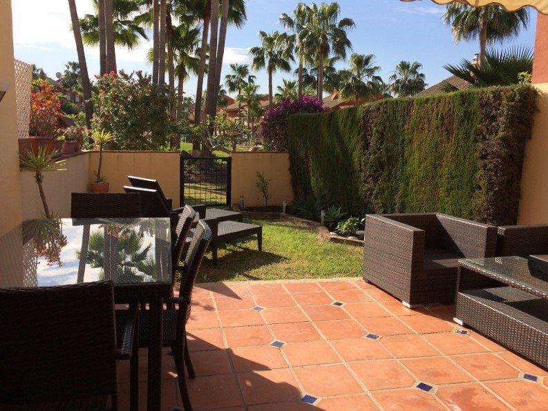 Jardim traseiro privativo com portão para Communal Jardim e Piscina
