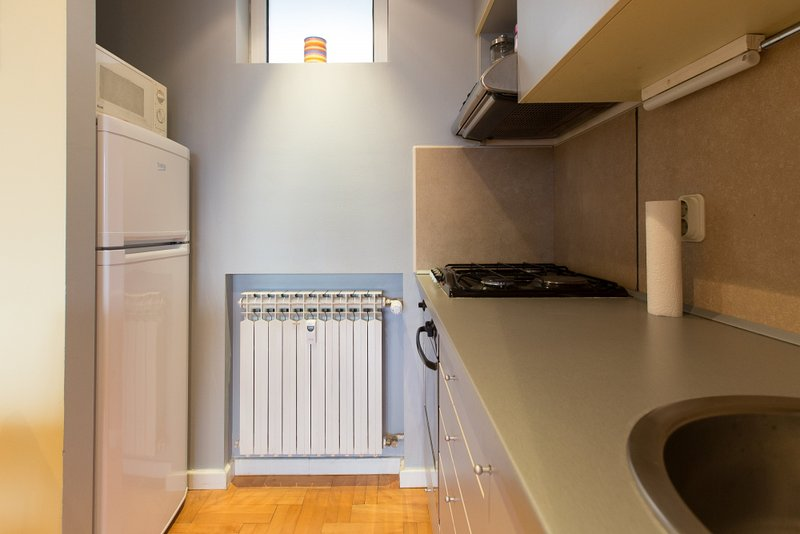 Fully equipped kitchen with fridge, oven, stove, sink and microwave
