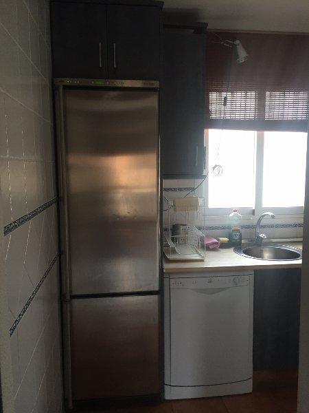 Cozinha com geladeira e máquina de lavar louça