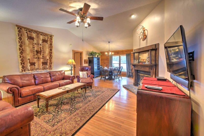 Durante seu tempo de inatividade, aquecer junto à lareira a lenha na sala de estar aberto e convidativo.