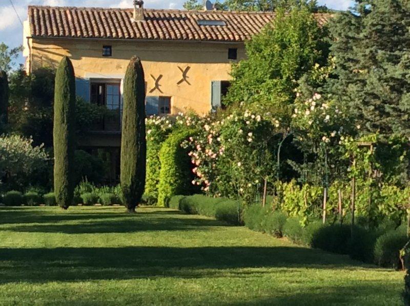 Mas en Provence avec charme et piscine pour 12 personnes., holiday rental in Vallabrix