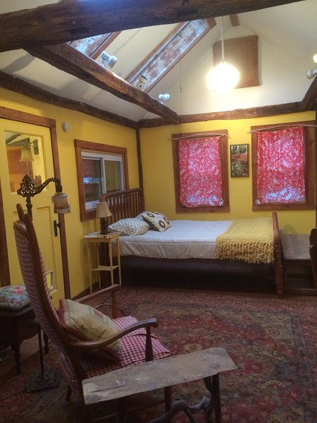 Artistic Cottage in the woods, perfect for artists, writers, nature lovers, location de vacances à East Greenwich