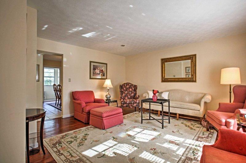 Relájese y alójese en esta casa adosada de alquiler de vacaciones de 4 camas y 2.5 baños en Marietta.