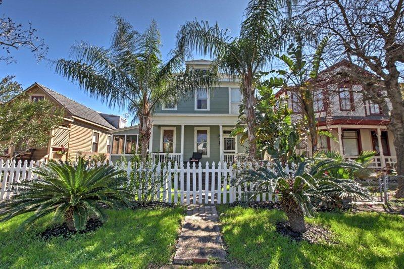 Verzamel geliefden voor een uitje met Galveston in dit historische vakantiehuis.