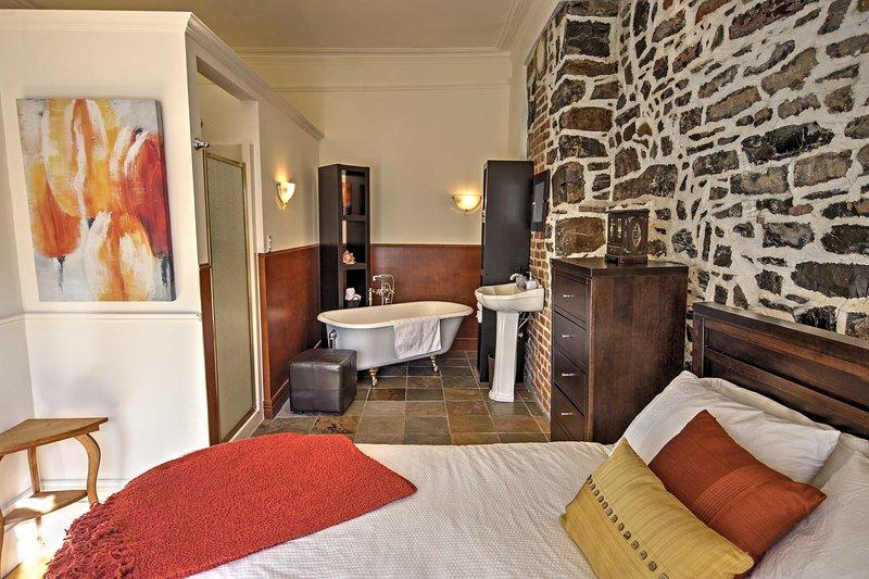 hermosas paredes de ladrillo expuesto que recuerdan la rica historia de este condominio.