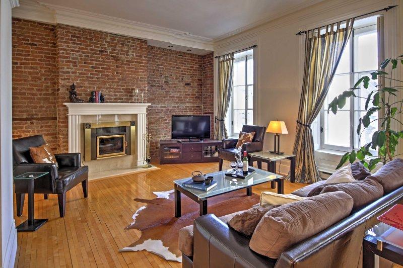 Você vai adorar voltar a casa para esta convidativa sala de estar com decoração luxuosa.