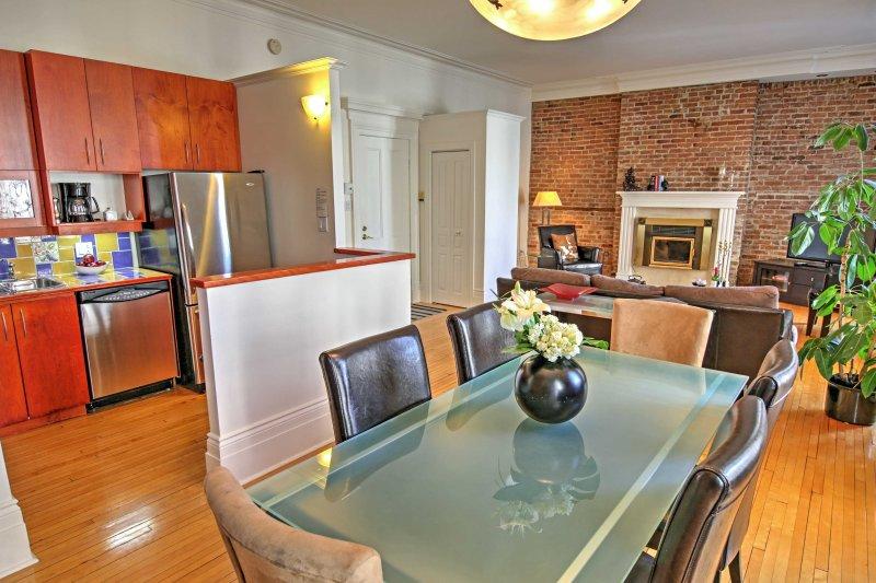 Esta disposición abierta fluye fácilmente en el espacio de comedor y cocina.