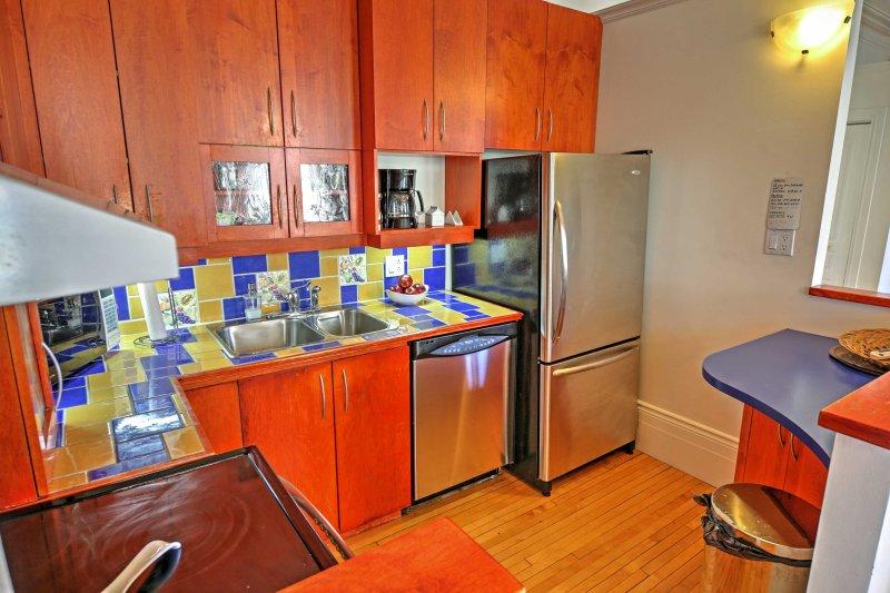 Disfrutar de un colorido contra salpicaduras de azulejos durante la cocción.