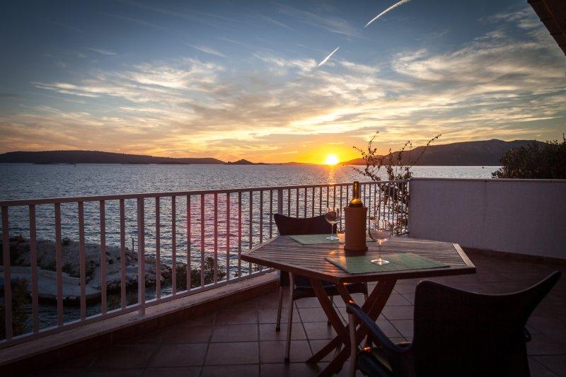 Sundance apartment - ONLY 5 METERS FROM THE SEA, aluguéis de temporada em Okrug Donji