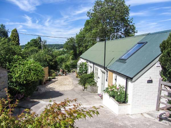 BRACKEN, single-storey cottage, WiFi, shared hot tub, ideal base for a couple, vacation rental in West Pennard