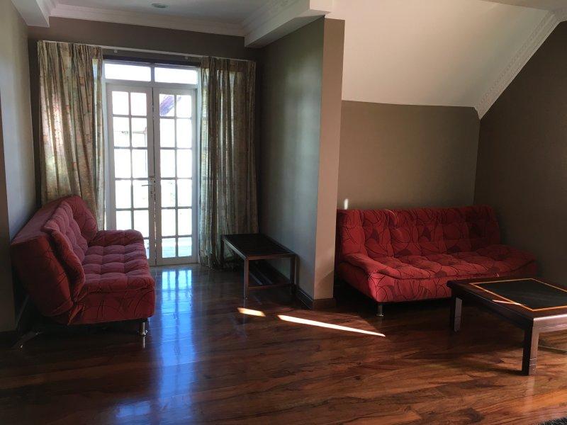 Chambre à coucher principale coin salon