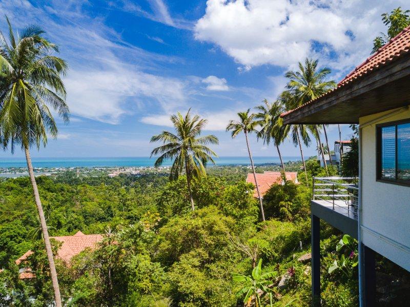 Drone uitzicht vanaf de zijkant van de villa kijkt uit naar Chaweng en de oceaan