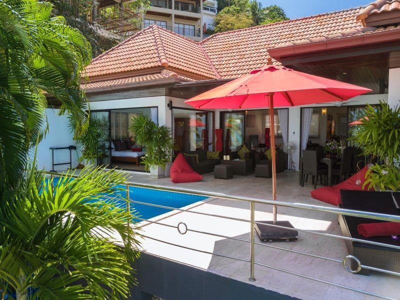 Drone weergave van uw villa, zwembad en een terras