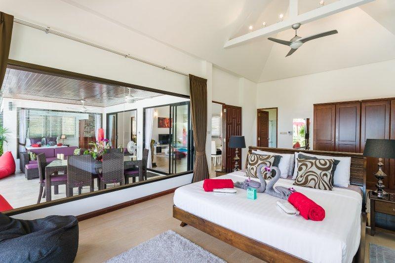 Master-suite slaapkamer met een king size bed, kast een grote kluis die is geschikt voor laptops