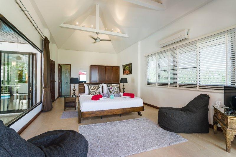 Master en-suite met een chill out met zitzakken flat screen TV en Apple TV box