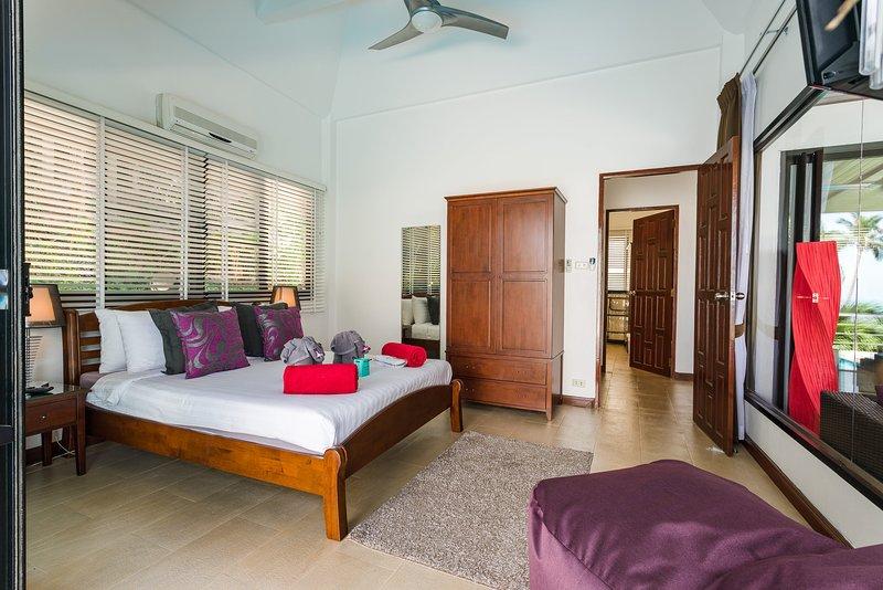 2e slaapkamer met dubbele kledingkast, die bevat iPad formaat kluis en een haardroger