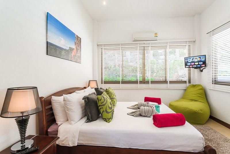 3e slaapkamer met een tweepersoonsbed, TV, Apple TV box