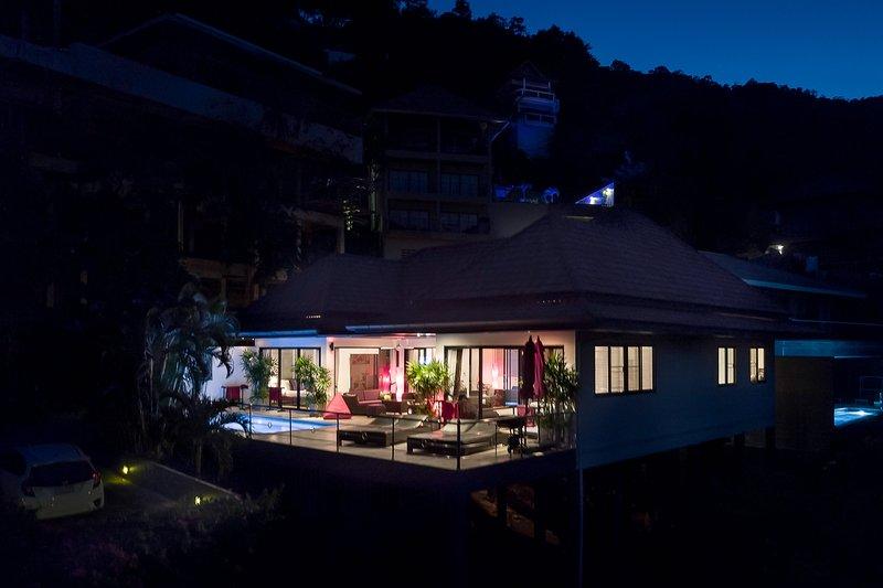 Avond drone weergave van uw villa voorkant van terras