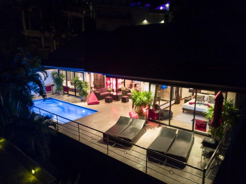 Drone weergave van uw villa 's nachts