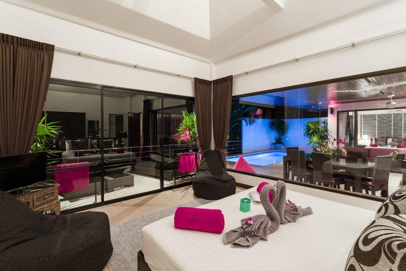 Night time view from the bedroom master en-suite met uitzicht op het terras